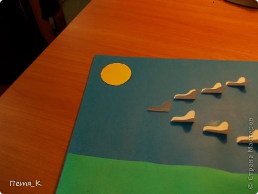Чтобы сделать гусей, летящих на юг надо 1 жёлтый круг, 1 лист синего картона, 1 зелёная полоска и от 3-х листочков белой бумаги размерами 9х9. фото 11