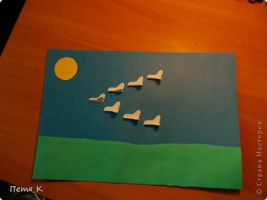 Чтобы сделать гусей, летящих на юг надо 1 жёлтый круг, 1 лист синего картона, 1 зелёная полоска и от 3-х листочков белой бумаги размерами 9х9. фото 1