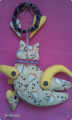 Вот такой кофейный, летящий котик у меня родился за выходные!  Ситцевый, украшен кофейными зёрнами и деревянными пуговицами!  Очень надеюсь он Вам понравится!  фото 7
