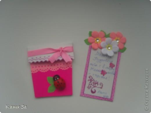 Доброго времени суток, уважаемые жители Страны Мастеров! Вот такую открытку-малютку я подарила маме на 8 марта. :) Для работы я использовала дырокольные листочки, цветочки, тычинки (кстати дырокол-снежинка :)))). фото 3