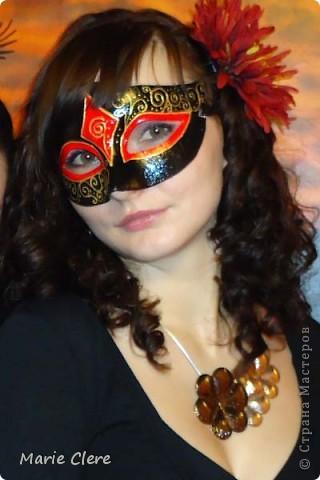 Захотела на Новый год быть в маске. А красивых масок так и не нашла. В итоге пришлось выкручиваться ))) основу купила на рынке за 3 копейки. Раскрашивала красками и контуром по стеклу. фото 3