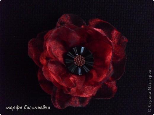 Когда вечером есть время,можно сделать красивый цветок.Все просто,вырезаем из органзы лепестки разных размеров,опаливаем над свечкой срезы,потом все лепестки сшиваем,в центр пришиваем что-нибудь и получается кое-что. фото 6