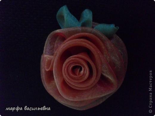 Когда вечером есть время,можно сделать красивый цветок.Все просто,вырезаем из органзы лепестки разных размеров,опаливаем над свечкой срезы,потом все лепестки сшиваем,в центр пришиваем что-нибудь и получается кое-что. фото 10