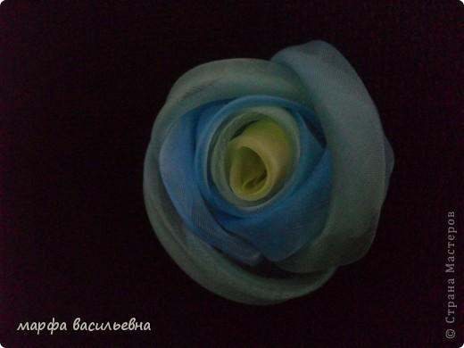 Когда вечером есть время,можно сделать красивый цветок.Все просто,вырезаем из органзы лепестки разных размеров,опаливаем над свечкой срезы,потом все лепестки сшиваем,в центр пришиваем что-нибудь и получается кое-что. фото 12