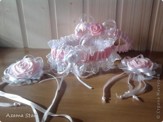 Свадебный набор. В комплект пока входят: костюмы для свадебного шампанского, бокалы, подушечка для колец, подвязки, свеча (одна, другая в процессе создания), браслет свидетельницы, бутоньерка свидетеля. фото 9