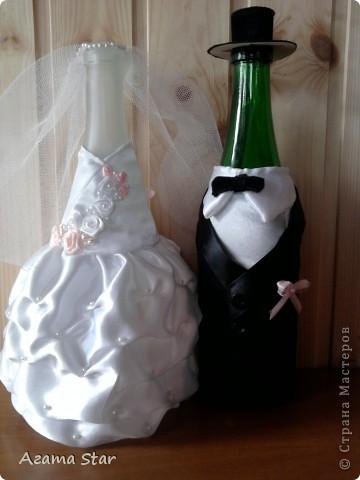 Свадебный набор. В комплект пока входят: костюмы для свадебного шампанского, бокалы, подушечка для колец, подвязки, свеча (одна, другая в процессе создания), браслет свидетельницы, бутоньерка свидетеля. фото 3