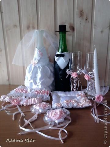 Свадебный набор. В комплект пока входят: костюмы для свадебного шампанского, бокалы, подушечка для колец, подвязки, свеча (одна, другая в процессе создания), браслет свидетельницы, бутоньерка свидетеля. фото 2