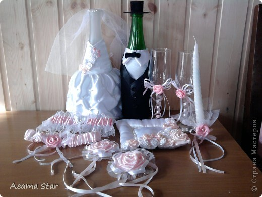Свадебный набор. В комплект пока входят: костюмы для свадебного шампанского, бокалы, подушечка для колец, подвязки, свеча (одна, другая в процессе создания), браслет свидетельницы, бутоньерка свидетеля. фото 1