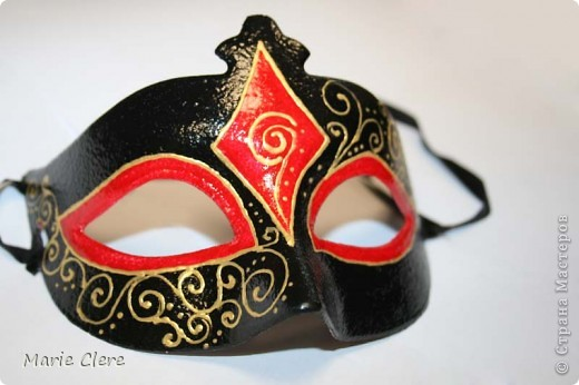 Захотела на Новый год быть в маске. А красивых масок так и не нашла. В итоге пришлось выкручиваться ))) основу купила на рынке за 3 копейки. Раскрашивала красками и контуром по стеклу. фото 2