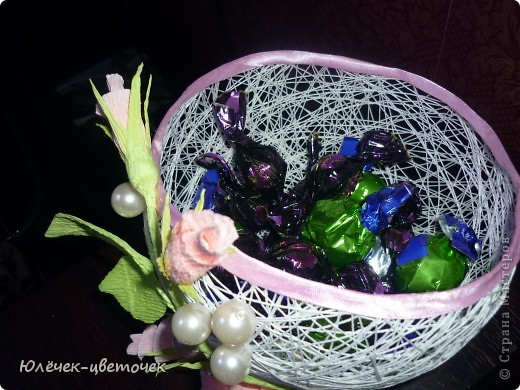 Вот такая корзинка для конфет получилась из ниток) фото 3
