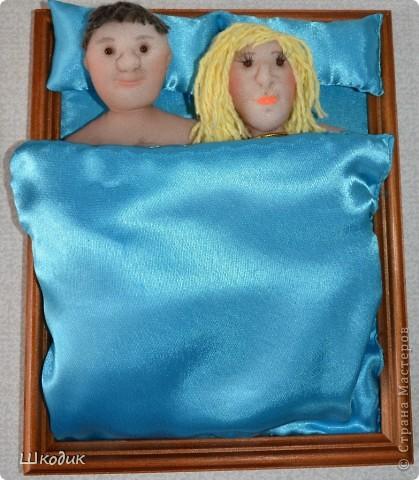 """Панно было сделано в подарок друзьям на годовщину, и произвел фурор, чему я очень рада!!)) Портретное сходство присутствует! """"Постель"""" почти настоящая, подушки и одеяло атласные на синтепоне))   фото 1"""