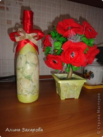 Бутылочка и конфетный букет фото 1