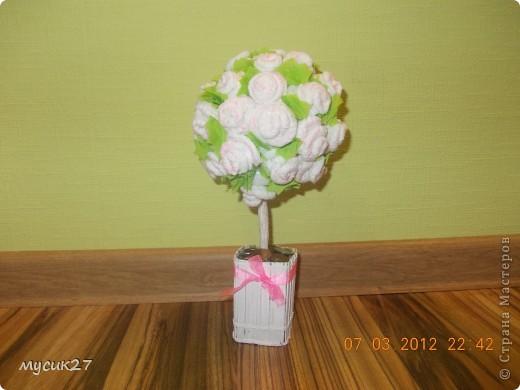 Мой второй топиарий. Розы из салфеток, основа-газетный шар, ствол - 4 бамбуковые палочки, обмотаны салфеткой в ПВА.  фото 2