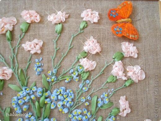 Теплый летний день. Цветут гвоздики и незабудки. Цветы вышиты лентами, ну а бабочка прилетела сама.