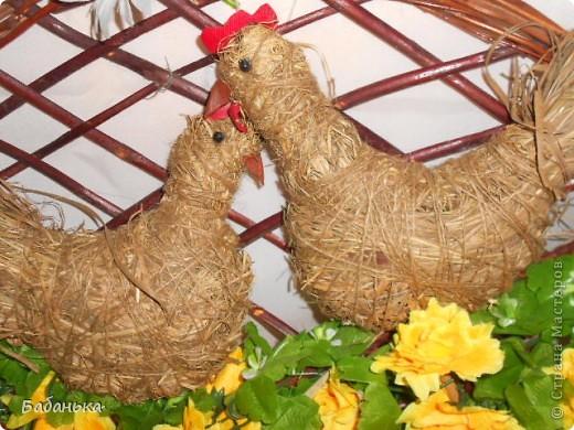 Счастливое пернатое семейство украшает гнездо к Пасхе. фото 2