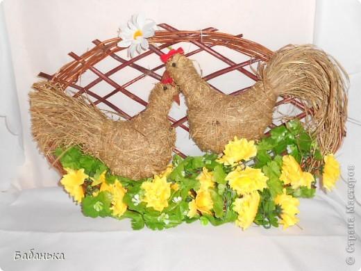 Счастливое пернатое семейство украшает гнездо к Пасхе. фото 1