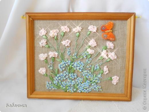 Теплый летний день. Цветут гвоздики и незабудки. Цветы вышиты лентами, ну а бабочка прилетела сама. фото 3