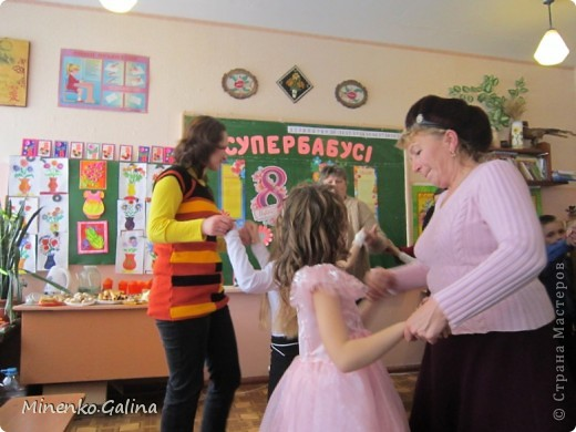 """Накануне 8 марта в нашем 2 классе прошёл праздник """"Супербабусі 2012 """". К празднику,кроме поздравлений нужно было приготовить подарки. фото 41"""
