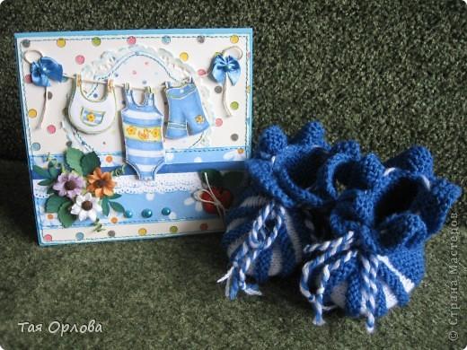 Добрый день всем.Сегодня я с подарком для маленького мальчика ,которому сегодня ровно месяц от роду.У знакомых такое знаменательное событие.Можно сказать первый юбилей.Вот решила сделать маленький подарочек в честь этого события:открытка и первая обувь для малыша-вязаные пинетки. Вовремя попался МК по вязанию такой обувки http://www.liveinternet.ru/users/3882979/post131774577. Оказалось все очень просто и понятно.а главное быстро.Связала за пару часов фото 8