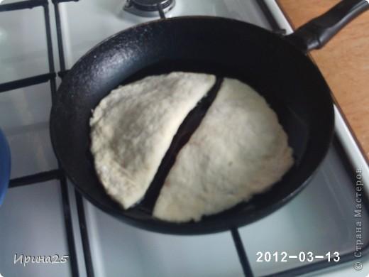 Это рецепт из серии по-быстрому. Времени уходит немного, продуктов тоже, а результат 12 штучек вкусных лепёшек с колбаской (муж у меня называет их чебуреки с колбасой). Попробуйте, и возможно именно этот рецепт будет спасать вас в те моменты когда не хочется по долгу стоять у плиты. фото 11