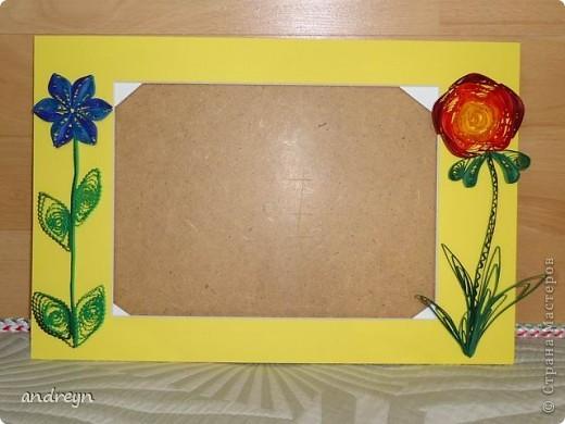 Здравствуйте. Такие рамки получаются из паспарту.   Паспарту подходит по нескольким причинам: недорого (мал. 30, средн. 60), материал (картон) , малый вес, широкие края (есть где развернуться), и ... а почему бы нет?  Материал: Бумага для квиллинга и бумага для принтера цветная, картон, ПВА, липучки.   Рамка 1 фото 14