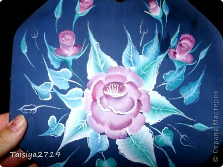 Роспись выполнена в технике двойного мазка. Нарисованы самые простые бутоны и листья, на темном фоне. фото 2