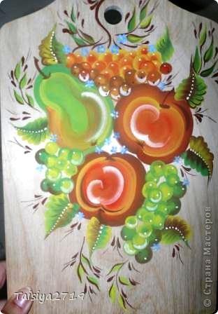 Роспись выполнена в технике двойного мазка. Нарисованы самые простые бутоны и листья, на темном фоне. фото 4