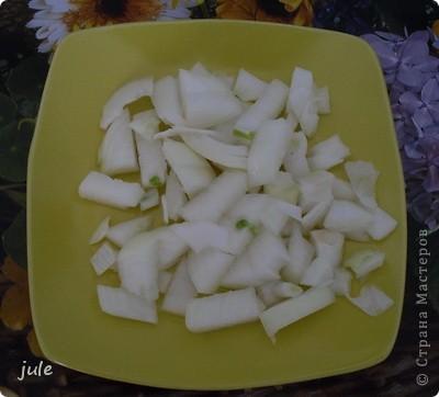 Простое и вкусное блюдо, приемлемое в пост.  Ингредиенты : Капуста белокочанная — 500-800 г Лук репчатый — 1 шт Морковь — 1-3 шт Сок томатный — 1 стакан Рис (круглый) — 100 г Масло оливковое (или сливочное) — 100 мл Соль Перец черный (горошком) Кориандр (в зёрнах или молотый)   фото 3