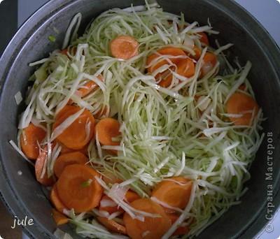 Простое и вкусное блюдо, приемлемое в пост.  Ингредиенты : Капуста белокочанная — 500-800 г Лук репчатый — 1 шт Морковь — 1-3 шт Сок томатный — 1 стакан Рис (круглый) — 100 г Масло оливковое (или сливочное) — 100 мл Соль Перец черный (горошком) Кориандр (в зёрнах или молотый)   фото 7