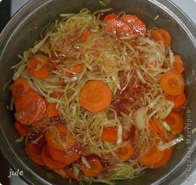 Простое и вкусное блюдо, приемлемое в пост.  Ингредиенты : Капуста белокочанная — 500-800 г Лук репчатый — 1 шт Морковь — 1-3 шт Сок томатный — 1 стакан Рис (круглый) — 100 г Масло оливковое (или сливочное) — 100 мл Соль Перец черный (горошком) Кориандр (в зёрнах или молотый)   фото 8