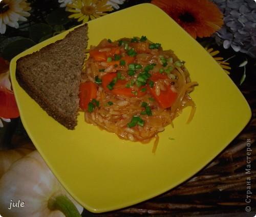 Простое и вкусное блюдо, приемлемое в пост.  Ингредиенты : Капуста белокочанная — 500-800 г Лук репчатый — 1 шт Морковь — 1-3 шт Сок томатный — 1 стакан Рис (круглый) — 100 г Масло оливковое (или сливочное) — 100 мл Соль Перец черный (горошком) Кориандр (в зёрнах или молотый)   фото 1
