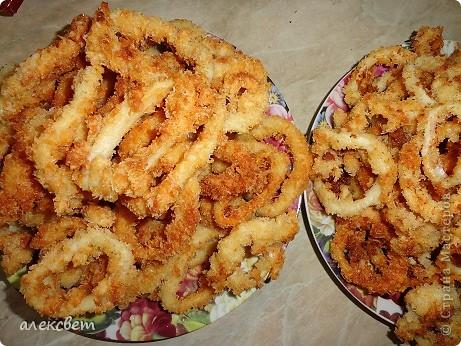 """Два блюда из китайской кухни можно приготовить за час.  """"Кальмар в сухарях"""" . Вкуснотища. Понадобится: тушки кальмара(нарезаем по 8-10 миллиметров, чтоб получились колечки), мука, яйца, сухари корейские, масло растительное, хорошее настроение. фото 15"""