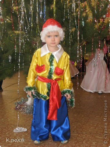 Мой первый костюм (дебют) - костюм Петрушки.Материал:атлас , а колпак из картона обшитого желтым атласом.  фото 2