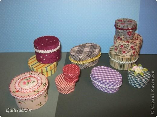 Коробочки сделаны из картона и обтянуты разной тканью. Самая маленькая коробочка в горошек в диаметре 1,5 см. фото 3