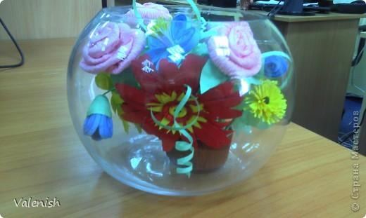 Вдохновилась композицией Оли https://stranamasterov.ru/node/223783 Сделала для подружки подарок: розочки из салфетки, остальные цветы квиллинг. Подставка стаканчик для рассады, загрунтованный и покрашенный коричневым. фото 2