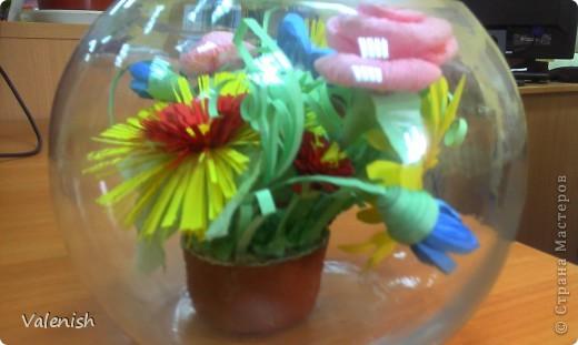 Вдохновилась композицией Оли https://stranamasterov.ru/node/223783 Сделала для подружки подарок: розочки из салфетки, остальные цветы квиллинг. Подставка стаканчик для рассады, загрунтованный и покрашенный коричневым. фото 4