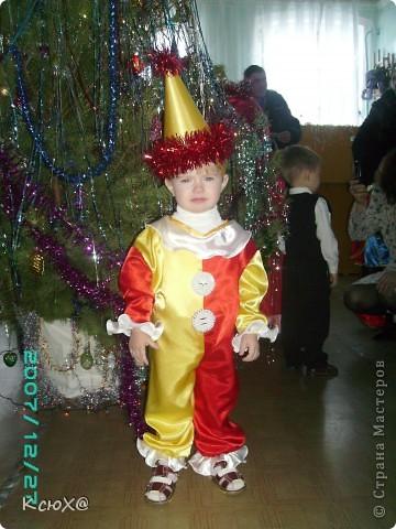 Мой первый костюм (дебют) - костюм Петрушки.Материал:атлас , а колпак из картона обшитого желтым атласом.  фото 1