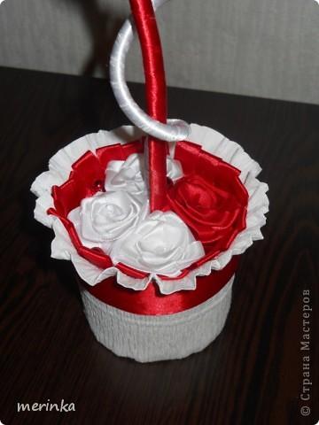 Привет всем моим гостям))) Вот хочу показать свое новое творение!! Нужно было именно в красно-белых цветах. Розочки скрутила из атласной ленты шириной 2 см.   фото 6