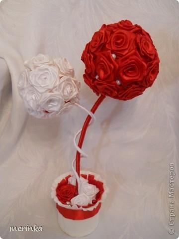 Привет всем моим гостям))) Вот хочу показать свое новое творение!! Нужно было именно в красно-белых цветах. Розочки скрутила из атласной ленты шириной 2 см.   фото 2