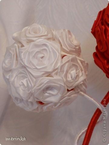 Привет всем моим гостям))) Вот хочу показать свое новое творение!! Нужно было именно в красно-белых цветах. Розочки скрутила из атласной ленты шириной 2 см.   фото 5