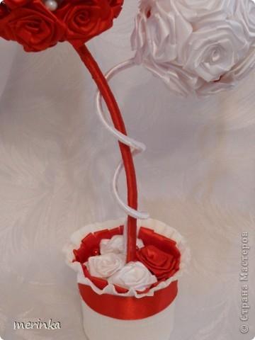 Привет всем моим гостям))) Вот хочу показать свое новое творение!! Нужно было именно в красно-белых цветах. Розочки скрутила из атласной ленты шириной 2 см.   фото 3