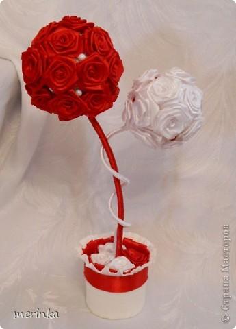 Привет всем моим гостям))) Вот хочу показать свое новое творение!! Нужно было именно в красно-белых цветах. Розочки скрутила из атласной ленты шириной 2 см.   фото 1