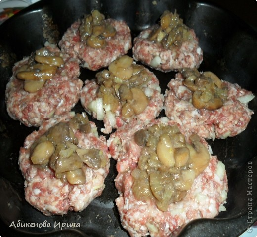 Здравствуйте, дорогие мастерицы! Хочу поделиться с Вами рецептом, который выручает нашу семью и в обычные дни, и в праздники. Этот рецепт моей маме рассказала одна из сотрудниц. Готовится данное блюдо быстро, продукты те, которые всегда есть дома. Рецепт ( примерное количество продуктов): - 0,5 кг. смешанного фарша (свинина+говядина); - 1 луковица; -  картофель ~ 10-14 шт.; - сыр 100-150 гр. Начинка ( на выбор): - морковь (на терке) с луком (обжарить); - грибы с луков (обжарить); - солёный огурец (на терке) с луком (обжарить). Последовательность действий: - приготовить картофельное пюре; - в сырой фарш добавить лук, соль, перец, специи, всё хорошо перемешать; - приготовить начинку; - натереть сыр на терке.  фото 2