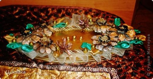 шишки, атлас, бусины, фатин. а в качестве самого подноса - крышка от банки с селедкой))) фото 2