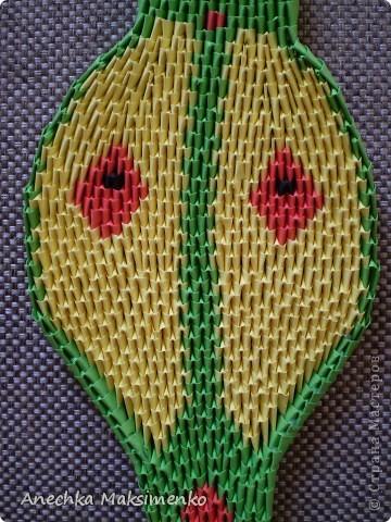 По просьбам Мастериц решила сделать небольшой Мастер - класс своей Кобры. Новую змею,честно признаюсь,собирать не хотелось.Так как нужно было бы очень много новых модулей,поэтому решила разобрать готовую и по ней сделать описание.  Всего на кобру ушло около 2300 модулей. Из них зеленых - около 1200 модулей (19 листов А4), желтых - 800 (12,5 листов А4), красных - 146 (2,3 листа А4), розовых - 150 (2,3 листа А4), черных - 2 модуля. Модули я  использовала размером 1/64 листа А4.  Надеюсь мой Мастер-класс кому-то пригодится)))Если возникнут вопросы - спрашивайте!))) фото 4