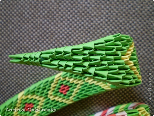 По просьбам Мастериц решила сделать небольшой Мастер - класс своей Кобры. Новую змею,честно признаюсь,собирать не хотелось.Так как нужно было бы очень много новых модулей,поэтому решила разобрать готовую и по ней сделать описание.  Всего на кобру ушло около 2300 модулей. Из них зеленых - около 1200 модулей (19 листов А4), желтых - 800 (12,5 листов А4), красных - 146 (2,3 листа А4), розовых - 150 (2,3 листа А4), черных - 2 модуля. Модули я  использовала размером 1/64 листа А4.  Надеюсь мой Мастер-класс кому-то пригодится)))Если возникнут вопросы - спрашивайте!))) фото 11