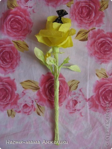 """Когда-то в интернете видела подобные конфетные цветы.И не потрудилась посмотреть в """"стране"""". И только сегодня увидела,что есть МК по чудесным букетикам. Но свои цветочки делала почти интуитивно.Так что не судите строго.Девочкам и такие цветочки понравились) На фото тюльпаны-весенние цветы,на весенний день рождения маленькой девочке на 1годик. Сказали дарить деньгами,но мне захотелось порадовать и маму и бабушку и саму маленькую девочку хотя бы букетиком цветов,который в отличие от живых могут постоять и послужить хоть какой-то памятью о первом маленьком празднике ее жизни) фото 2"""
