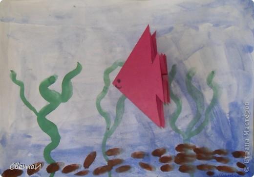"""С детьми 5-6 лет мы сначала затонировали лист бумаги синей краской - это вода. Нарисовали зеленые водоросли, коричневые камушки. Потом """"запустили"""" в аквариум рыбку, сделанную способом оригами. фото 1"""