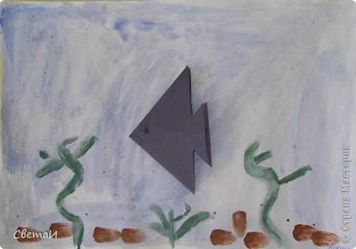 """С детьми 5-6 лет мы сначала затонировали лист бумаги синей краской - это вода. Нарисовали зеленые водоросли, коричневые камушки. Потом """"запустили"""" в аквариум рыбку, сделанную способом оригами. фото 2"""