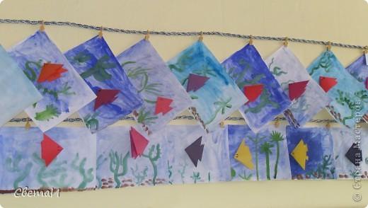 """С детьми 5-6 лет мы сначала затонировали лист бумаги синей краской - это вода. Нарисовали зеленые водоросли, коричневые камушки. Потом """"запустили"""" в аквариум рыбку, сделанную способом оригами. фото 3"""